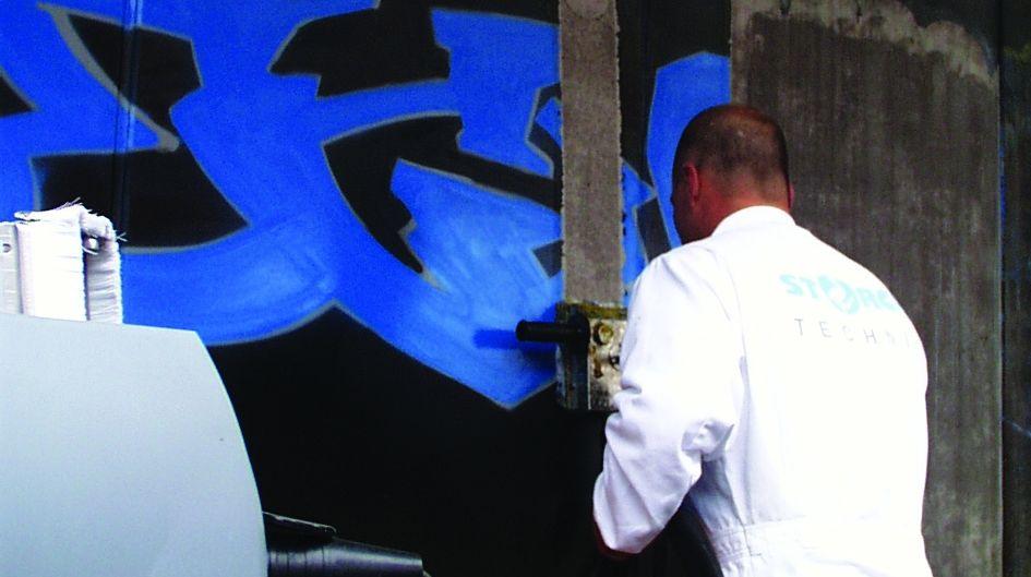 Mit dem Reiniger Protectosil® PROFICLEAN GEL kann Graffiti schnell und ohne personalintensiven Aufwand entfernt werden. Manchmal hinterlässt ein Sprayer nur ein kleines Tag. Von einer mit Protectosil ANTIGRAFFITI® oder Protectosil ANTIGRAFFITI® SP geschützten Oberfläche lassen sich Graffitis mit einem Pinsel oder Druckreiniger (<12 bar) leicht entfernen.