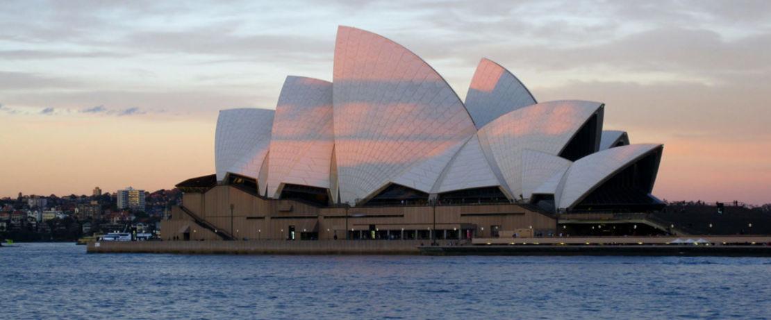 183 Meter lang und 118 Meter breit erstreckt sich das am Hafen von Sydney inmitten eines Gartens liegende Opernhaus. Unter dem mit über einer Million weißen Keramikfliesen verkleideten 67 Meter hohen Dach, dessen komplexe Geometrie in sechs Jahren über zwölfmal neu entworfen wurde, beherbergt es verschiedene Theater. Als hydrophobierende Imprägnierung für Beton, Klinkermauerwerk und Keramikfliesen schützt Protectosil® zuverlässig vor dem Eindringen der vom Meer aufsteigenden Feuchtigkeit und sorgt im Inneren für ein gutes Klima unter den jährlich circa vier Millionen Besuchern.
