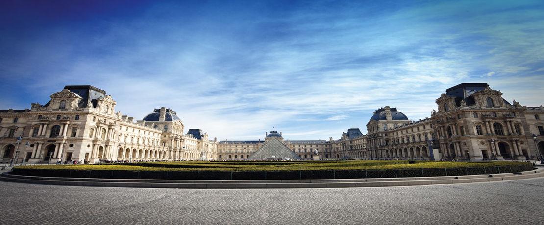 """Im Louvre Museum in Paris haben über 380.000 Kunstwerke ihren Platz gefunden. Um unerwünschten """"Graffiti-Kunstwerken"""" vorzubeugen, wurden die Reiterstatue im Innenhof des Louvre und die in die Außenwand eingelassenen Sitzbänke aus Sandstein mit Protectosil ANTIGRAFFITI® behandelt. So lassen sich Graffitis vor dem Museum leicht und restlos entfernen."""