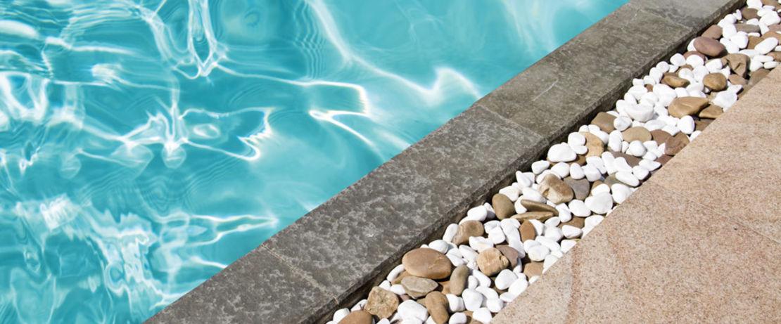 Mit Protectosil® BHN PLUS lassen sich Flecken durch Kaffee, Ketschup, Senf oder Sirup in den Pools oder auf den Terrassen von Freizeitparks mühelos mit einem Gartenschlauch reinigen.