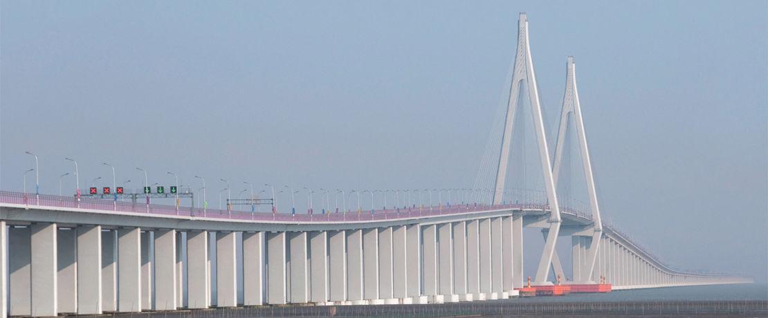 Die 36 km lange Hangzhou Bay Brücke in China überspannt die Hangzhou-Bucht von Schanghai nach Ninbo. Die 70 Meter hohen, fest im Meeresboden verankerten 7.000 Brückenpfeiler wurden mit 40.000 Litern Protectosil® CIT imprägniert. Das Korrosionsschutzmittel ist tiefenwirksam und verhindert das Eindringen von Wasser und Chemikalien in den Beton.