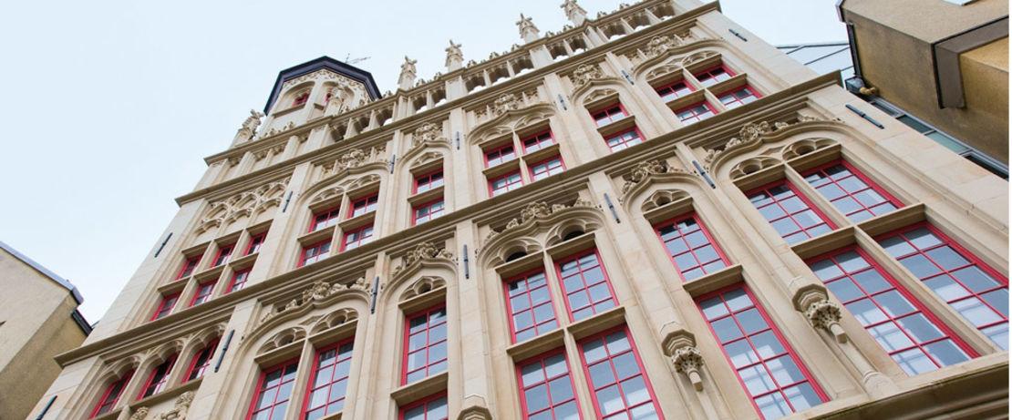 Eine Schutzschicht mit Protectosil® SC CONCENTRATE bewahrt den Sandstein des Rathauses in Wesel vor Schäden durch Wind und Wetter. Ein zusätzlicher Graffitischutz beugt Graffitiverunreinigungen an der Fassade vor.