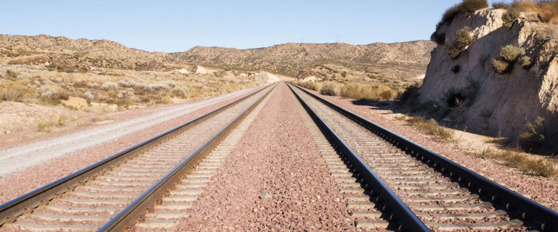 Diese Eisenbahnschwellen in Südafrika müssen die Last schwer beladener Waggons aus den Kohlerevieren aushalten und haben im Laufe der Jahre durch die Belastung und den Kontakt mit Wasser Risse bekommen. Die Betonschwellen zwischen den Gleisen sind mit dem lösungsmittelfreien Protectosil® BHN geschützt.