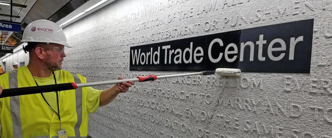 """Das Kunstwerk """"CHORUS"""", ein Marmormosaik mit einer Fläche von ca. 402 qm, erstreckt sich entlang der Wände beider Bahnsteige der neuen Subway-Station WTC Cortlandt Street in Manhattan, NYC. Protectosil® schützt das im Gedenken an die Terroranschläge geschaffene Marmormosaik, das Textauszüge aus der Unabhängigkeitserklärung von 1776 und der Allgemeinen Erklärung der Menschenrechte der Vereinten Nationen von 1948 zeigt."""