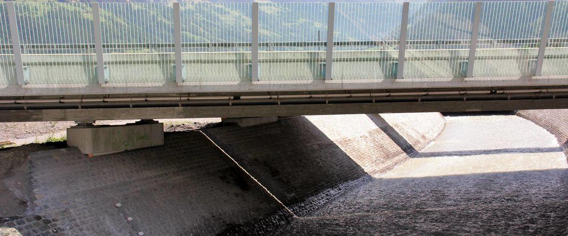 Die Attinghauser Brücke überspannt die weitläufige Urner Reussebene. Die Reuss ist 159 Kilometer lang und damit der viertgrösste Fluss der Schweiz. Protectosil® BHN schützt die Brücke nachhaltig vor schädlichen Umwelt- und Wettereinflüssen.