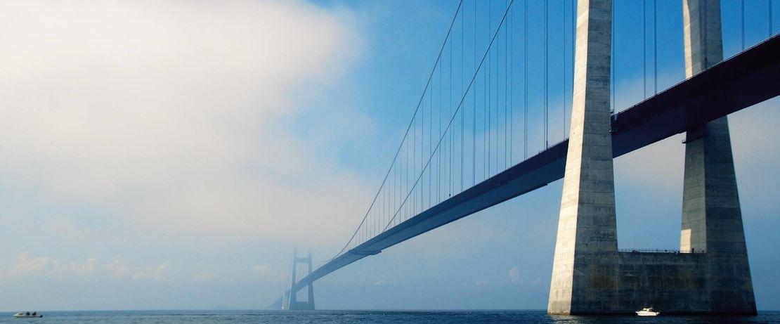 Die imposante dänische Storebaeltbrücke führt mit einer Länge von 2694 m über den Großen Belt. Die Wind-, Wetter- und Verkehrsbedingungen in Meeresnähe erfordern einen besonderen Schutz des Bauwerkes. Protectosil® BHN sorgt dafür, dass Wasser und darin gelöste Schadstoffe Schaden von der Bausubstanz abhalten.