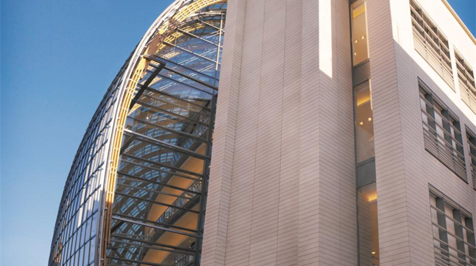 Die Architektur des preisgekrönten Weltstadthauses in Köln soll an ein Schiff erinnern. Das imposante Gebäude mit insgesamt 14.400 Quadratmetern Verkaufsfläche liegt an einer der verkehrsreichsten Straßen der Stadt. Protectosil ANTIGRAFFITI® schützt den portugiesischen Sandstein nicht nur gegen Graffiti, sondern auch gegen Staub und Abgaspartikel.