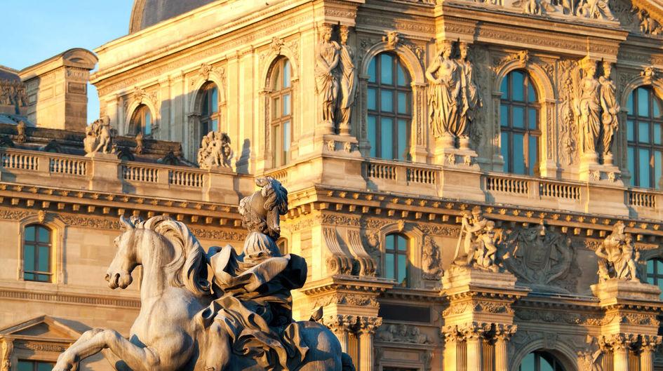 Der Louvre in Paris, Frankreich, ist weltweit das drittgrößte Museum und wird jährlich von mehreren Millionen Besuchern frequentiert. Die Reiterstatue im Innenhof und die in die Außenwand des Palais eingelassenen Sitzbänke sind mit Protectosil ANTIGRAFFITI® vor unerwünschten Graffiti-Attacken geschützt.
