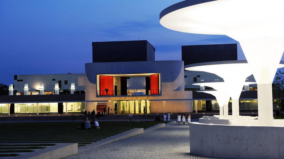 Das Staatstheater Darmstadt blickt auf eine über 300-jährige Theatertradition zurück. Das attraktive Gebäude beherbergt drei Bühnen, die Werkstätten und den größten Teil des Kulissenmagazins. Protectosil ANTIGRAFFITI® schützt das eindrucksvolle äußere Erscheinungsbild wirksam und unsichtbar gegen Graffiti-Verschmutzungen.