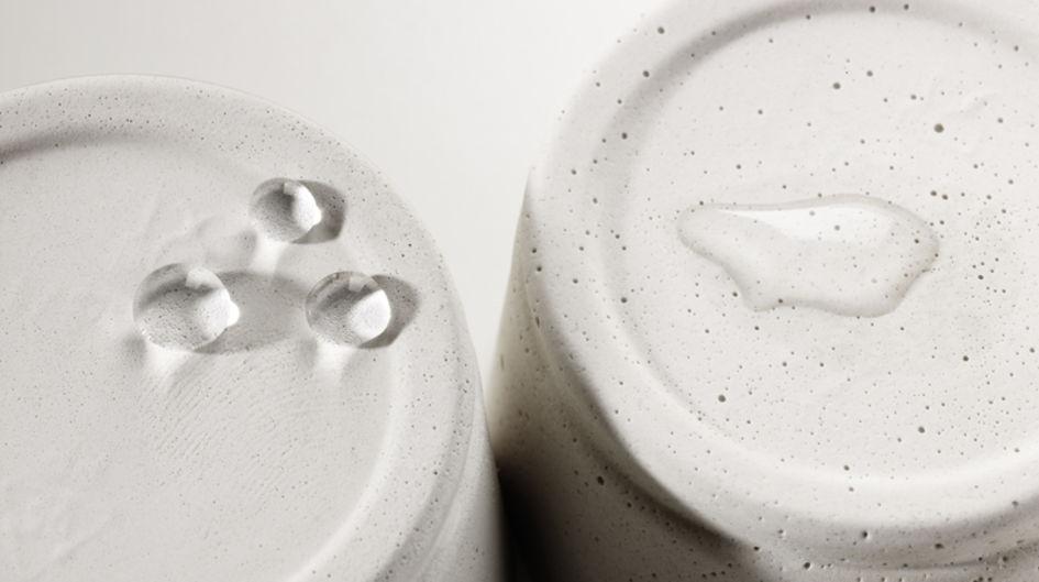 Linke Seite: Hier ist die wasserabweisende Wirkung nach der Behandlung des Materials mit Protectosil® deutlich zu sehen. Rechte Seite: Unbehandelt