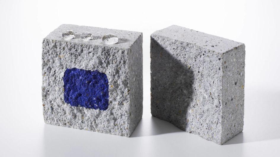 Linke Seite: Das tief in den Baustoff eingedrungene Protectosil® Hydrophobierungsmittel baut eine Schutzwirkung auf, die Wasser abperlen lässt.