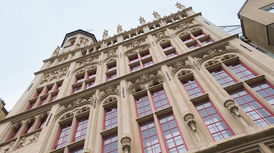 Das Rathaus im nordrhein-westfälischen Wesel ist einer der letzten Zeitzeugen des spätgotischen flämischen Baustils. Der ästhetische Sandstein-Fassaden-Bau ist mit Protectosil® SC CONCENTRATE gegen Vandalismus und schädliche Wettereinflüsse geschützt.