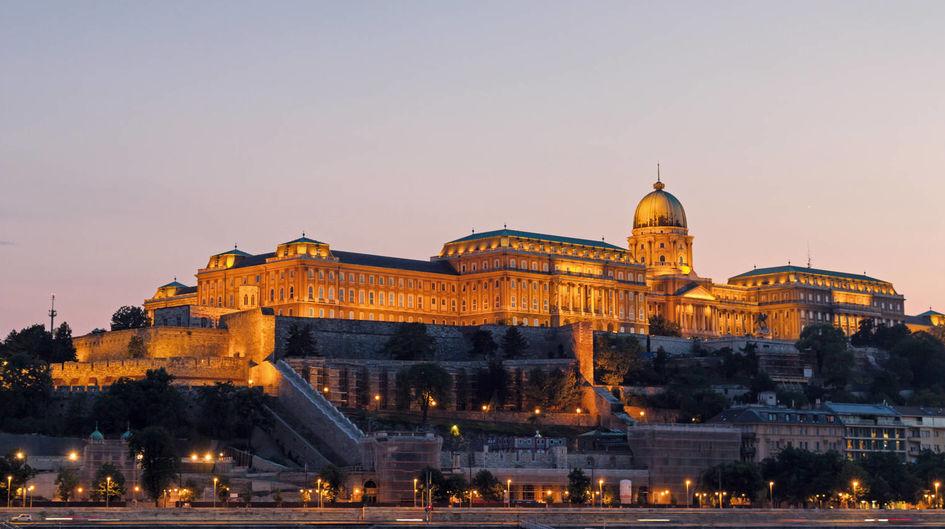 Der Burgpalast in Budapest, Weltkulturerbe und größtes Gebäude Ungarns, ist bereits von weitem auf dem Burgberg zu erkennen. Der beeindruckende, mehrfach rekonstruierte Sandsteinbau wurde nicht nur von außen mit Protectosil® WS 630 gegen die aufsteigende Feuchtigkeit der Donau geschützt. Die Wände des Innenbereichs sind mit Protectosil® SC CONCENTRATE beschichtet, was die Reinigungskosten erheblich senkt.