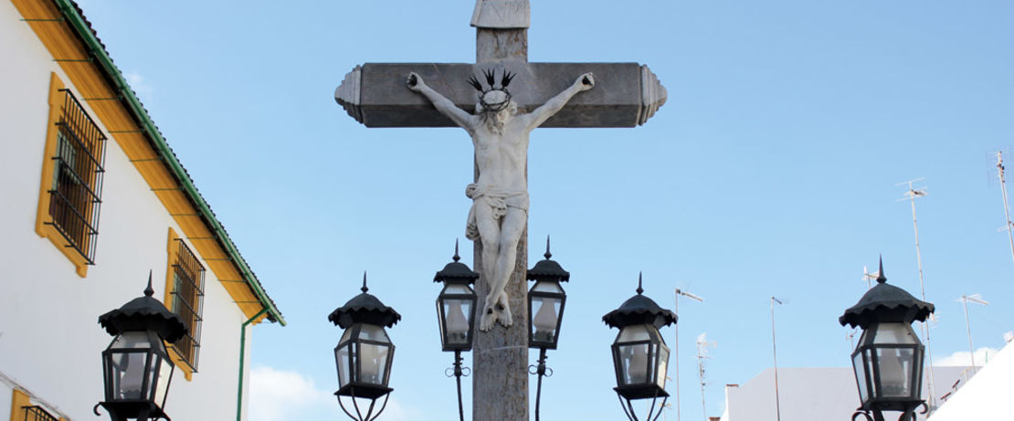 The local crucifix sculpture in Córdoba, designed in 1794 by Juan Navarro León, is surrounded by a fence beset with lanterns to keep graffiti taggers away. However a protective layer of Protectosil ANTIGRAFFITI® repels much more effective not only graffiti but also rain and dirt.