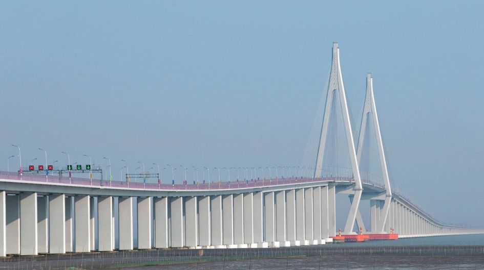 The Hangzhou Bay Bridge connects the cities of Jiaxing and Zhejiang, situated in the eastern coastal region of China. The bridge uses 7,000 steel piles to support the deck. They are treated with 40,000 liters of Protectosil® CIT, effectively repelling water and harmful pollutants.