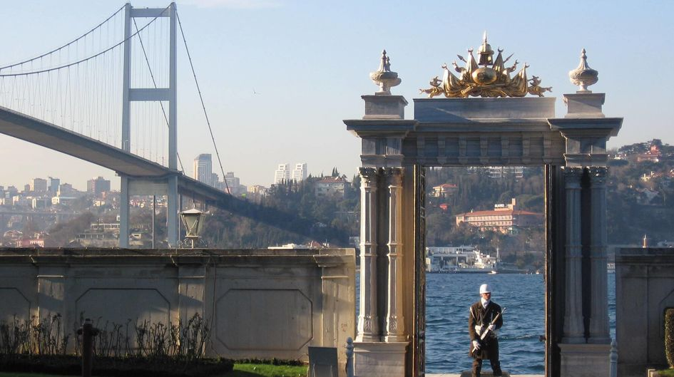 The Beylerbeyi Palace Gate in Istanbul, Turkey, is made of white marble. The ongoing deterioration of the marble pillars that has arisen over the years could be stopped thanks to the treatment with Protectosil® SC 60.