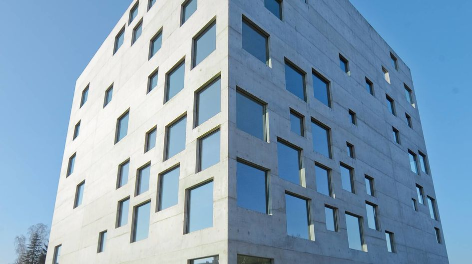 ドイツのエッセンにあるデザインスクールの美しい建築ファサードは、Protectosil® SC 100で保護されています。プロテクト処理を施したファサードは、雨による目障りな黒ずみが目立ちません。