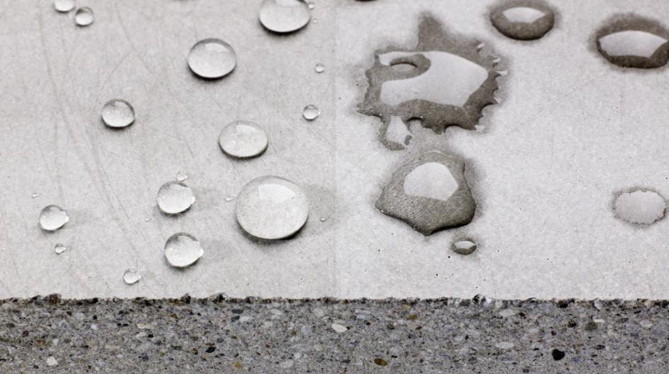 左側:Protectosil®処理後の鉱物基材の撥水効果、右側:Protectosil®処理なし