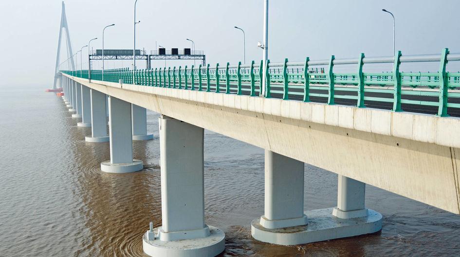 中国の杭州湾大橋では、デッキを支えるために7,000本の鋼杭が使用されています。これらの杭には40,000リットルのProtectosil® CITが使用されており、水や有害な汚染物質を効果的に除去しています。