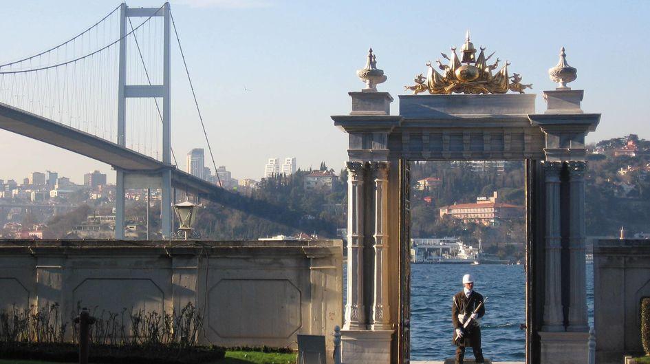 トルコのイスタンブールにあるベイラーベイ宮殿の門は、白い大理石でできています。長年の間に発生していた大理石の柱の劣化は、Protectosil® SC 60で処理することで食い止めることができました。