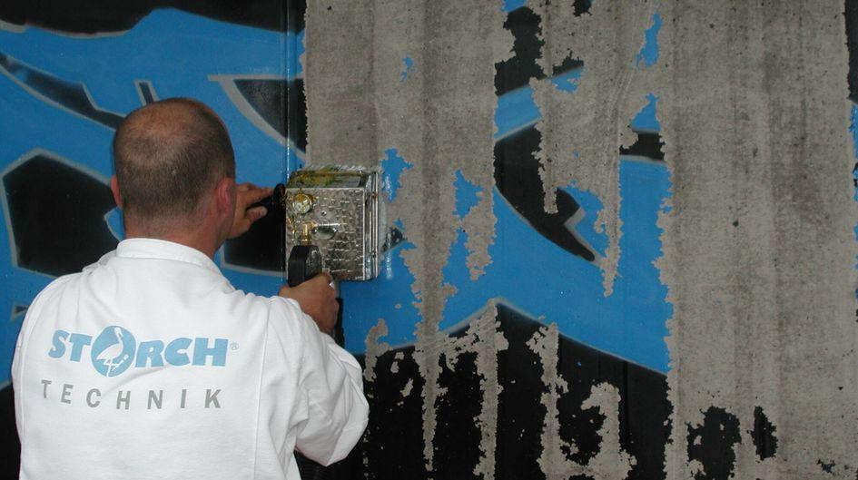 Protectosil® PROFICLEAN GELは、様々な落書き塗料を簡単に洗浄することができ、小さな落書きの洗浄に特別な器具を必要としません。