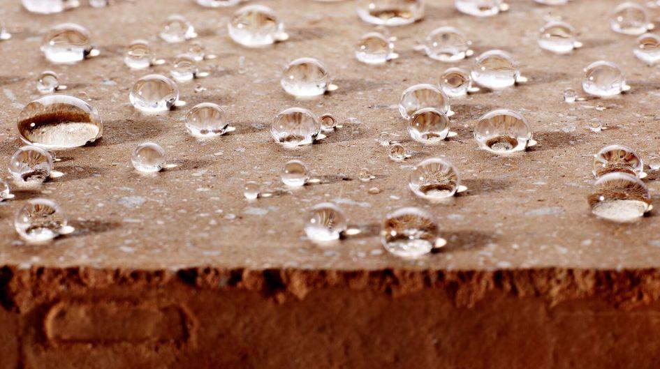 Protectosil®撥水剤は、基材の気孔の奥深くまで浸透し、疎水性を発揮します。