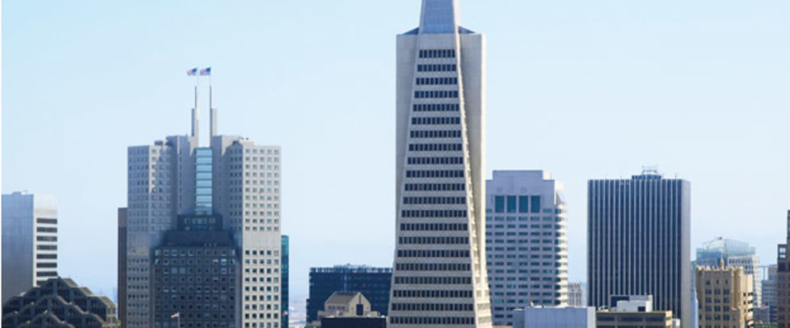 280 야드, 48 층 높이의 Transamerica Pyramid는 샌프란시스코 스카이 라인에서 눈에 띄는 랜드마크이자 가장 높은 건물입니다. 이 건물은 지진에 대비, 엘리베이터 및 비상 탈출 용으로 2 개의 날개 형 구성 요소를 갖추고 있습니다. 유리 청소에는 며칠이 걸립니다. 유리 표면에 보호제를 적용하기 전에 창 및 창틀에 테이핑을 하는 것은 상당한 시간과 비용을 요구하는데, Protectosil® CHEM-TRETE® BSM 400은 유리나 금속에 잔류물을 남기지 않기 때문에 작업자는 Protectosil®을 해당 건물에 적용하기로 결정했습니다.