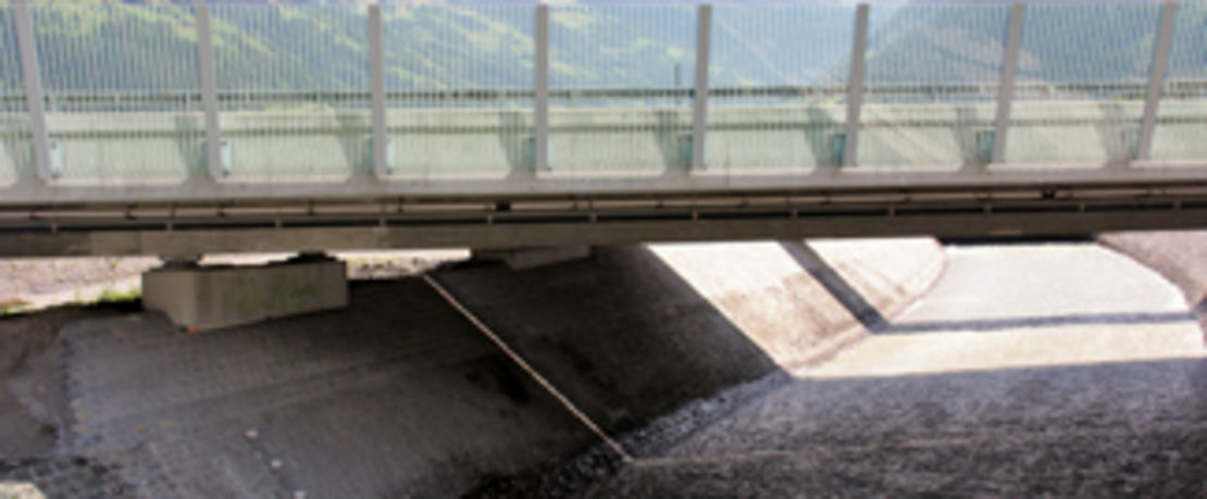 스위스 도시 Attinghausen에 위치한, 로이스강을 가로지르는 약 159km 길이의 교량이 Protectosil® BHN으로 보호됨.