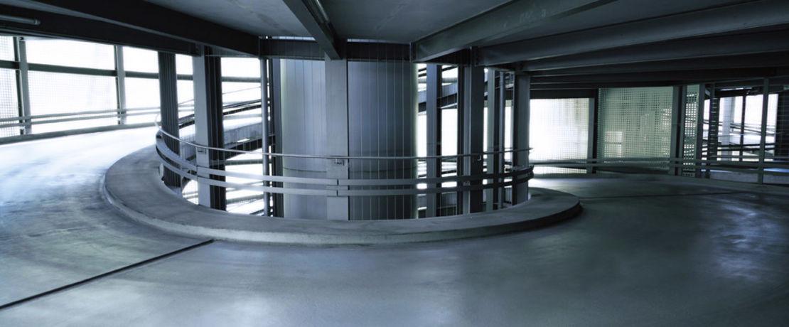 전세계의 주차 빌딩은, 부식을 일으키고 내구성에 영향을 주는 물, 먼지 및 차량과 함께 유입되는 각종 염과 씨름을 해야 합니다. 몬로 카운티 주차장의 부식 전류 측정 결과 이미 무서운 속도로 진행되고 있는 부식이 확인 되었습니다. 이에 결국 주차장 소유자는 표면에 부식 방지제를 적용하기로 결정했습니다. Protectosil® CIT는 철근 콘크리트 구조물에 다기능성 보호 성능을 제공합니다. 구조물 내부로 침투하여 철근과 화학적으로 결합하는 동시에 콘크리트 내부에 소수성의 보호막층을 제공합니다. 11년 동안의 모니터링 결과, 부식 방지 처리가 성공적이었음을 확인했습니다.