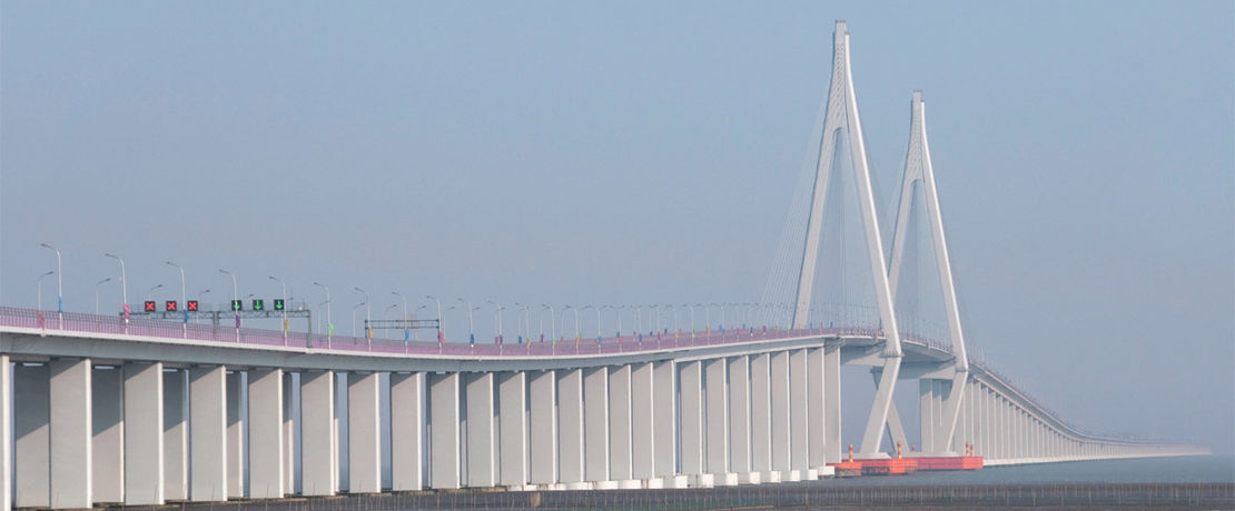 Even mighty constructions such as the 36 km long Hangzhou Bay Bridge, connecting the Chinese metropolis Shanghai with Ninbo, would be fully exposed to the forces of nature in the long term, were it not for timely protective treatment. The 7,000 bridge piers firmly embedded in the bottom of the sea, with a height of 70 meters each, were therefore treated with 40,000 liters of Protectosil® CIT. This advanced corrosion inhibitor based on organofunctional silanes deeply penetrates the concrete to effectively repel water and pollutants.