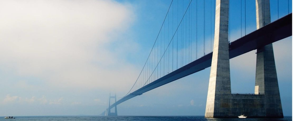 The imposing Danish Storebaelt Bridge crosses the Great Belt with a length of 2,694 meters. The wind, weather and traffic conditions near the sea are especially challenging. Protectosil® BHN protects the building structure against the ingress of water and water-soluble pollutants to keep the traffic rolling.