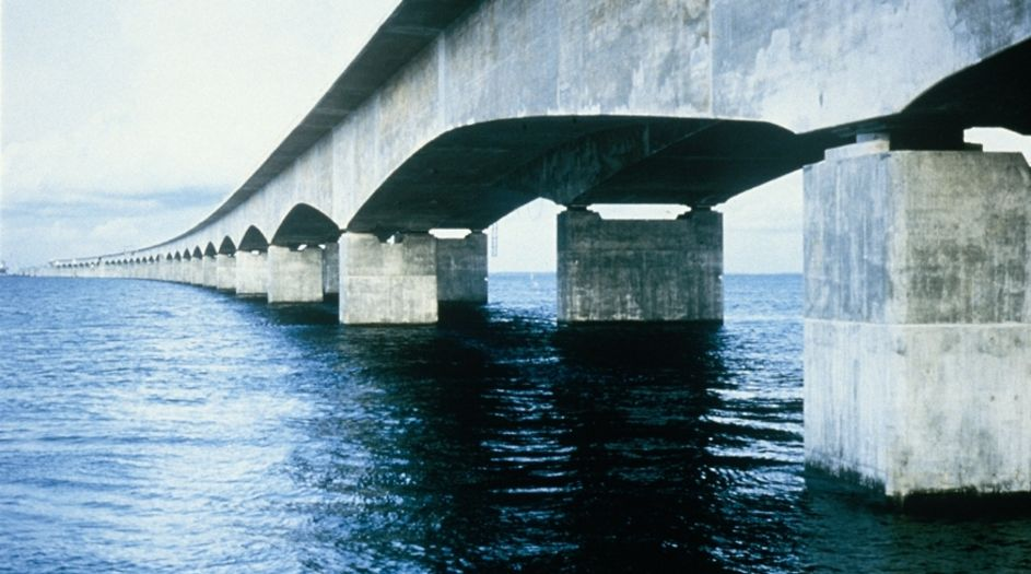 The 18 km long Storebaelt Bridge construction, comprising two bridges and a tunnel, crosses the Great Belt and connects the eastern part to the western part of Denmark. Weather conditions due to the harsh sea climate makes protection from the elements and the ingress of water indispensable. Protectosil® BHN shields the structure sustainably.