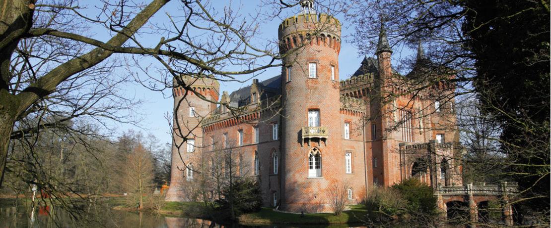 位于德国北莱茵-威斯特伐利亚的莫伊兰德城堡,始建于中世纪,经历了多次重建,与大多数建筑物和纪念碑一样,它也在与时间的破坏作斗争。这座令人印象深刻的砖砌建筑的塔楼,拥有世界上最大的约瑟夫·贝伊斯藏品的城堡博物馆,现在已经被可靠地保护起来,Protectosil® BSM 400 的应用,使其免受潮湿的影响,