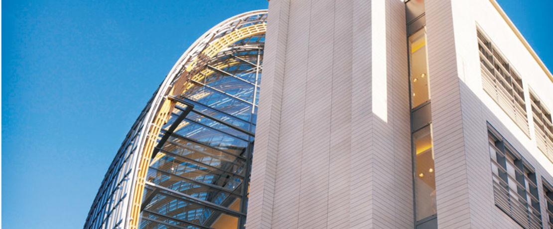 位于德国科隆的著名的五层的大都会商店,拥有4900平方米的玻璃幕墙,由6800个独立的玻璃面板和66个叠层的落叶松木材构成,而引人注目。由于位置靠近繁忙的交通轴,建设中使用了Protectosil ® ANTIGRAFFITI来永久抵制灰尘和废气粒子。我们的产品保护着2200平方米的葡萄牙石灰石表面,同时也防止了涂鸦攻击。