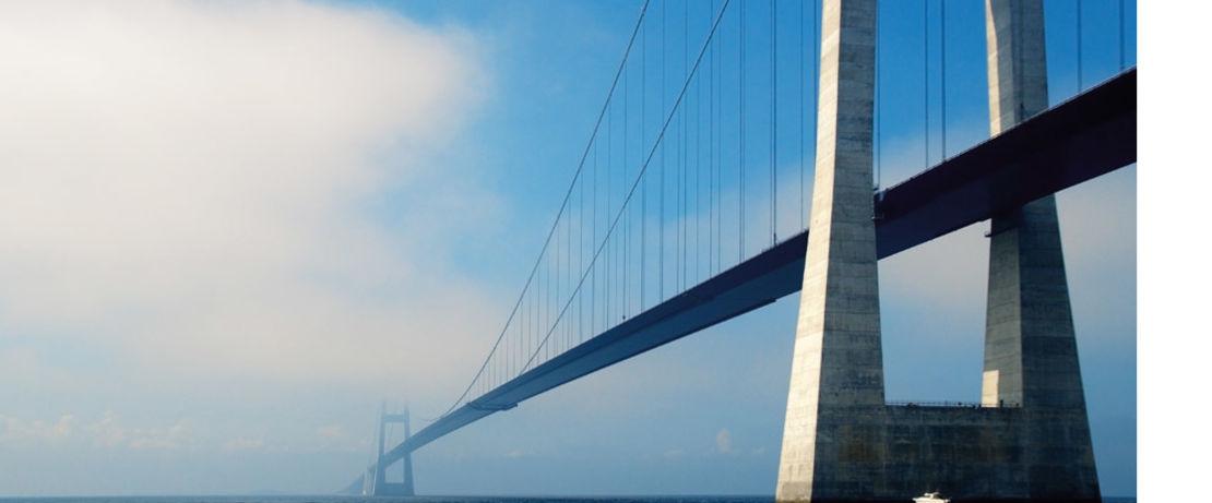 斯托伯尔特桥横跨大传送带,连接着丹麦芬恩岛和新西兰岛,提供从德国到瑞典的便捷旅行路线。这个世界上第三长的桥,全长2694米,主跨度1624米,也涂上了Protectosil® BHN。海风、天气和海上的交通状况都给运营和维护带来了一些特殊的挑战。Protectosil®系列产品的应用,可以保护结构免受水和水溶性杂质的侵害,保证每天的交通。