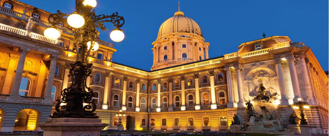 布达佩斯城堡是一座远近闻名的优秀建筑,它位于匈牙利首都之上的城堡山上。尽管它立于险位,但对于从下面多瑙河流域升起的湿气却毫无抵抗之力。因此需要给这些砂岩结构一层同时可以排斥灰尘的Protectosil®保护. 同时由于在城堡的内部庭院中,使用了Protectosil® SC CONCENTRATE来保护墙壁,清洁费用已大大减少。