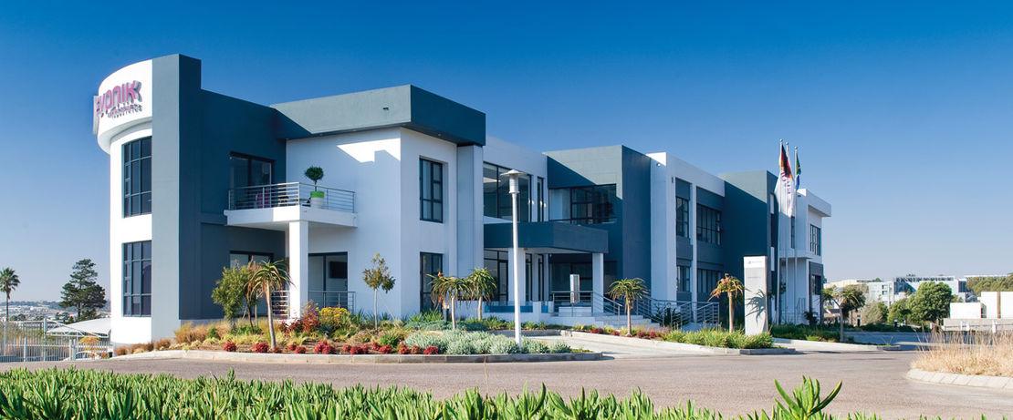 赢创在约翰内斯堡的米德兰地区使用1,800平方米的大型多功能建筑作为其在撒哈拉以南非洲地区的基地。约翰内斯堡的气候是晴朗干燥的,夏季常有强烈的雷雨和阵雨。由此产生的灰尘和污垢在房子的墙壁上留下了痕迹,建筑物使用了有机硅树脂涂料和Protectosilv SC 30后,清洁工作就简单多了。